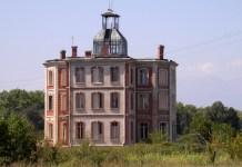 Vista del Château d'En Bardou, on es va situar la Maternitat de Elna. La fotografia és de 2005
