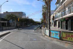 Pla general de l'Avinguda Cavall Bernat de Platja d'Aro buida de cotxes, un dels llocs habitualment més concorreguts del municipi aquest dissabte 21 de novembre de 2020. (Horitzontal)