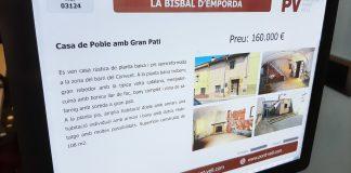 Primer pla d'un cartell d'una casa en venda en una immobiliària de la Bisbal d'Empordà aquest dissabte 9 de gener de 2021 | Imatge de l'ACN | El teletreball ha impulsat la compra de cases