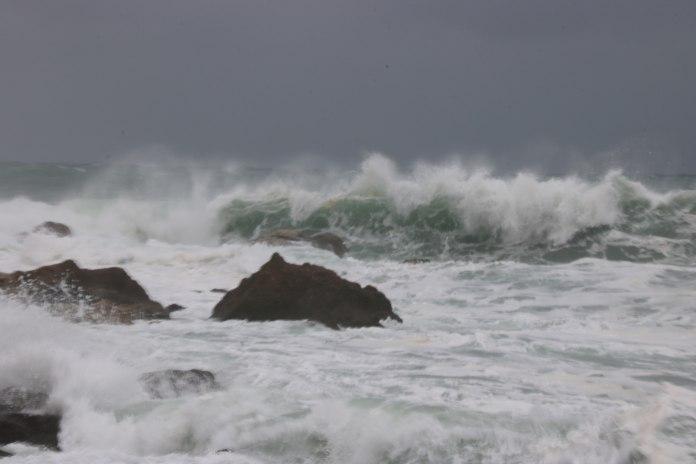 Pla general on es veu una onada al costat de l'espigó de l'Estartit aquest diumenge 10 de gener de 2021 | Imatge de l'ACN