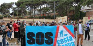 Pla mitjà de la protesta que SOS Costa Brava ha fet davant de la Pineda de Ponent de Sant Feliu de Guíxols aquest dissabte 15 de maig de 2021. - Imatge de l'ACN
