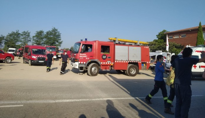 Bombers durant l'incendi del massís del Montgrí