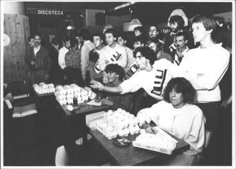 Primer campionat mundial de llançadors d'ous, organitzat per L'Agrupació de Comerciants per a l'Expansió Comercial, a la discoteca Roseto de Palamós. // Ajuntament de Girona. CRDI (Fons Diari de Girona – Dani Duch)