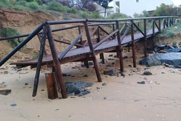 Los operarios municipales trabajan para reponer los daños del temporal, principalmente en los núcleos costeros