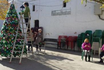 Los vecinos de Castaño del Robledo adornan la Navidad con el ganchillo