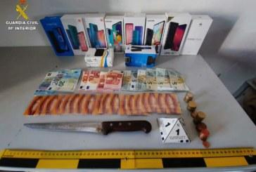 Cartaya  | La Guardia Civil sorprende en la huida a dos varones tras  robar en una tienda de teléfonos móviles