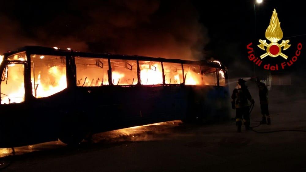 Cassinate – Autobus in fiamme nella notte a Castrocielo. Si indaga per accertare le cause