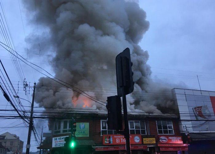 Castro: incendio afectó inmueble que albergaba locales comerciales en centro de la ciudad.