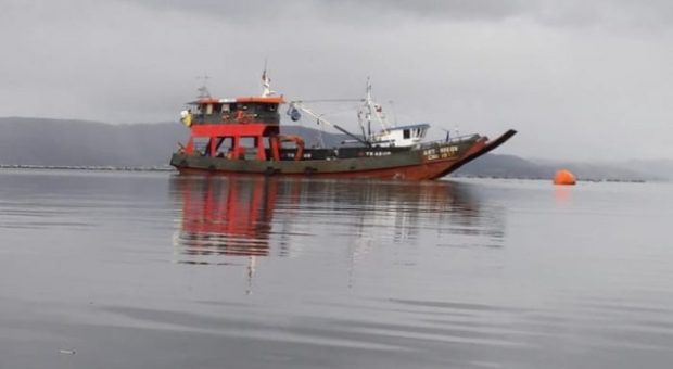 Queilen: se activa plan de contingencia por hundimiento de barcaza.