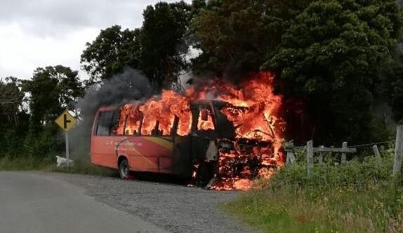 Puqueldón: bus para transporte de personal fue consumido por un incendio.