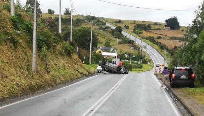 Chonchi: vehículo menor volcó en sector Huicha.