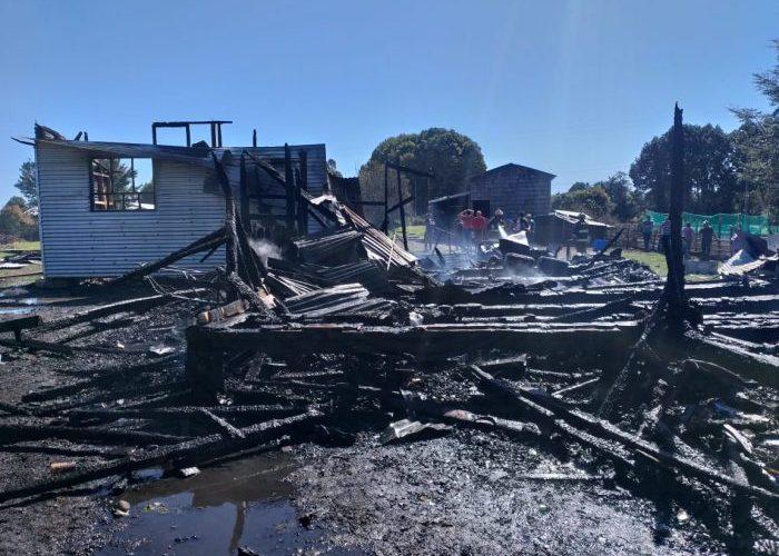 Dalcahue: incendio consumió una vivienda en sector San Juan.