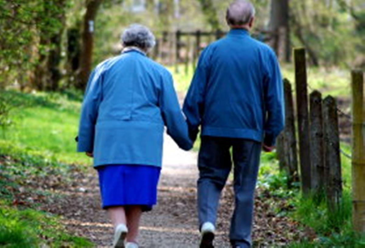 Imagini pentru imagini cu bătrâni la plimbare