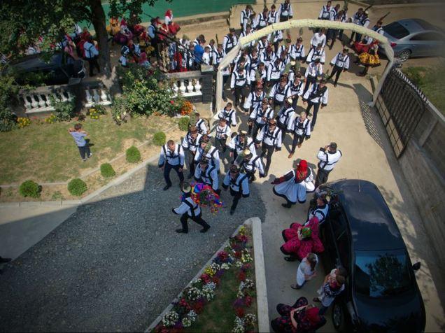 Nuntă tradiţională în Țara Oașului. Oastea miresei fură steagul de nuntă