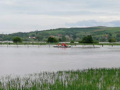 oameni evacuati din ape 1
