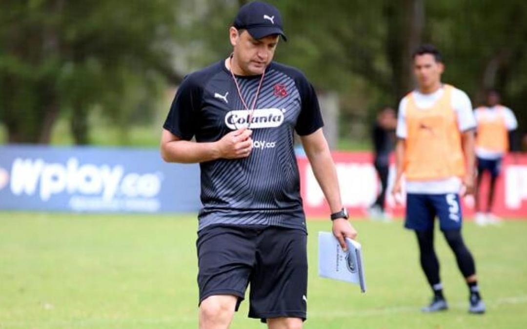 Medellín oficializó la salida del técnico Aldo Bobadilla