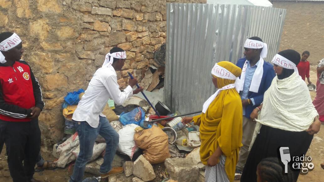Somali medicine students take up spades to rid poor parts of Lasanod of unhealthy rubbish