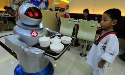 I robot nelle aziende Giapponesi, a corto di manodopera.