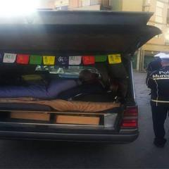 Un carro funebre per le vacanze