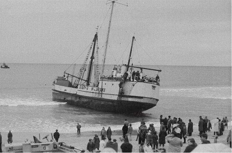 Tiri II échoué sur Uretiti Beach (juin 1968)