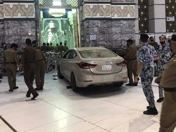 [WATCH] Motorist Smashes Car into Door of Haram in Makkah, Saudi Arabia