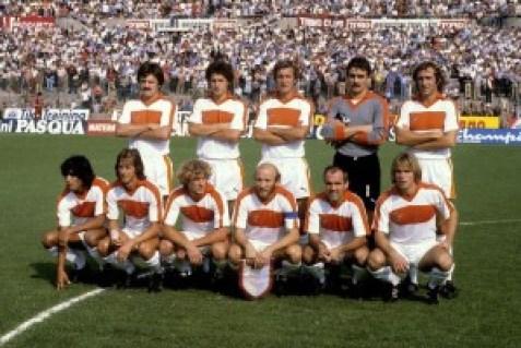 La Pistoiese '80/81 all'esordio in A sul campo del Torino: con la fascia di capitano si riconosce Sergio Borgo.