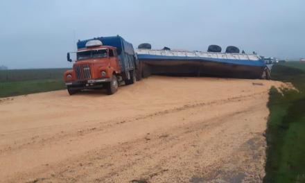 Volcó un camión en autopista