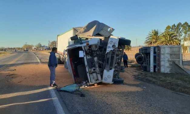 San Genaro: impactante choque y vuelco de camiones