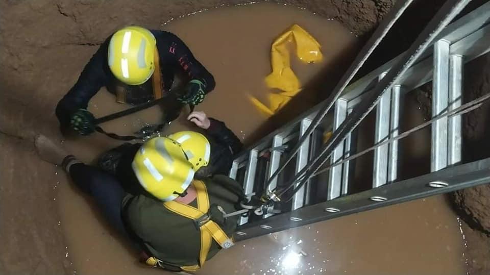 Una abuela y una médica cayeron dentro de un pozo