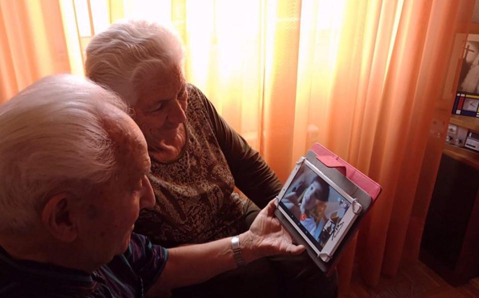 Acalorada discusión de autoridades con familiares de abuelos de un geriátrico con sospechosos de covid
