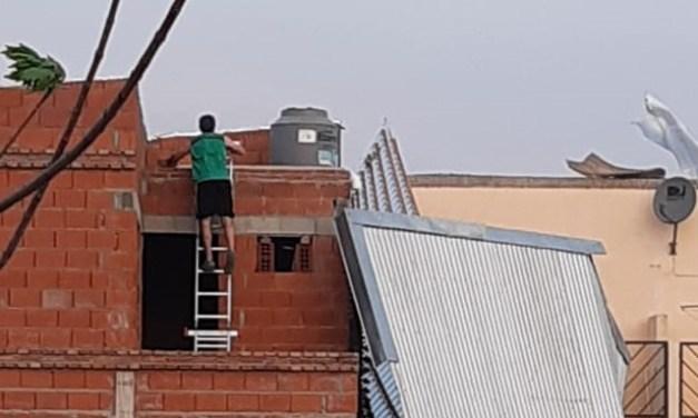 El fuerte viento voló el techo de un complejo de departamentos