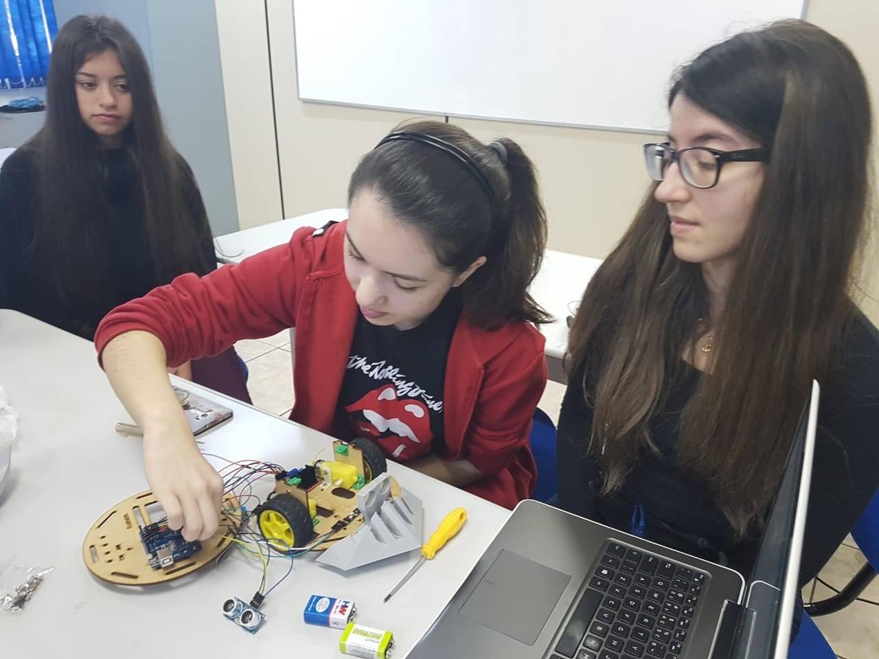 Meninas da região participam de programa de incentivo à carreiras na área da ciência