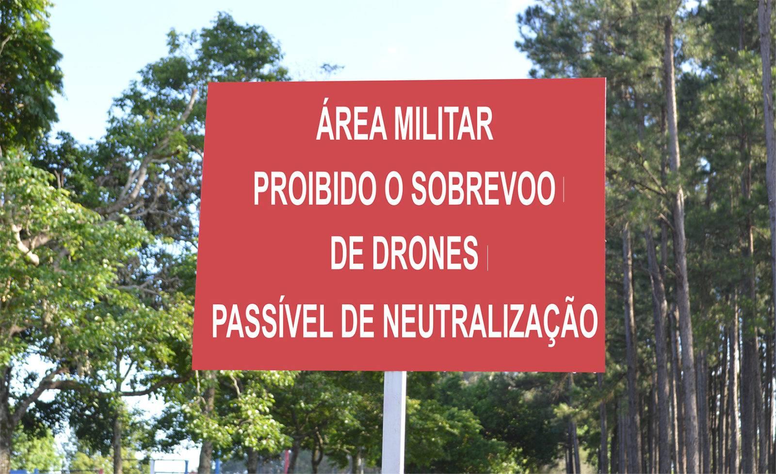 4° RCB alerta que sobrevoar área militar é crime