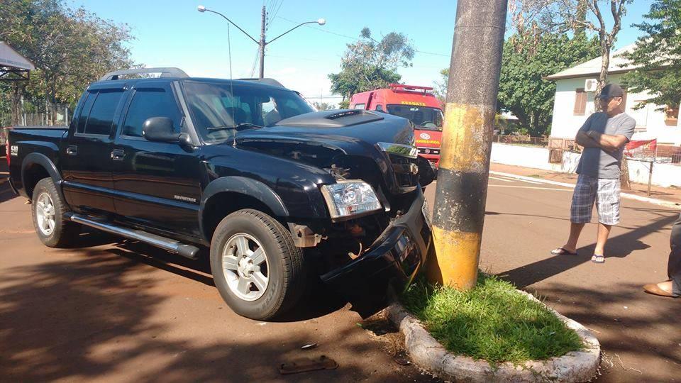 Carro bateu em poste e danificou rede de energia da Cermissões