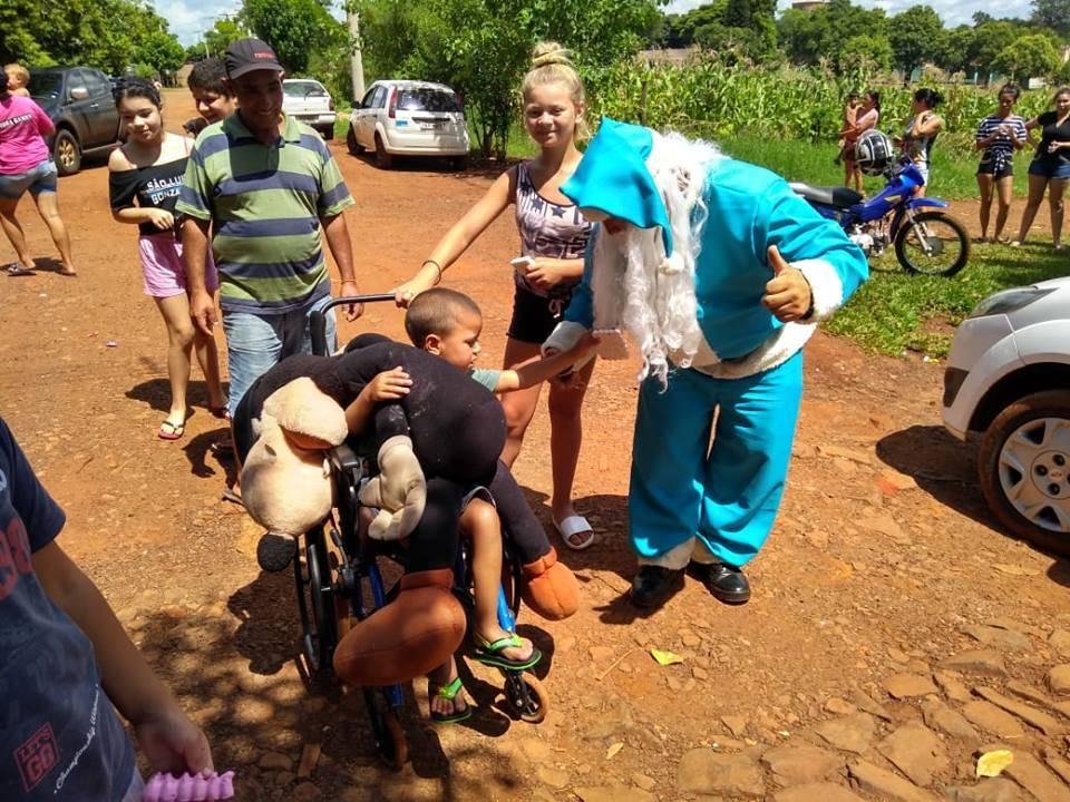 Papai Noel azul dos gremistas distribuiu presentes e doces para crianças carentes de São Luiz Gonzaga