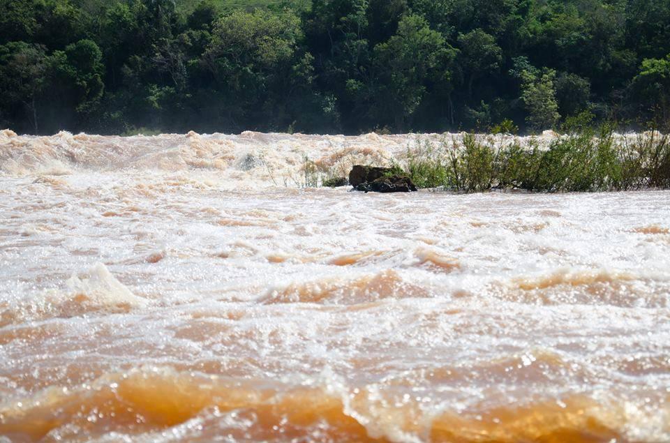 Casal de Argentinos foi surpreendido pelas águas no Salto do Pirapó e precisou ser resgatado