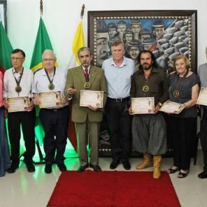 Os homenageados, integrantes da Administração Municipal e COMTUR
