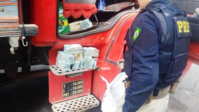 PRF apreende quase meio milhão de reais escondidos na cabine de um caminhão em Santiago