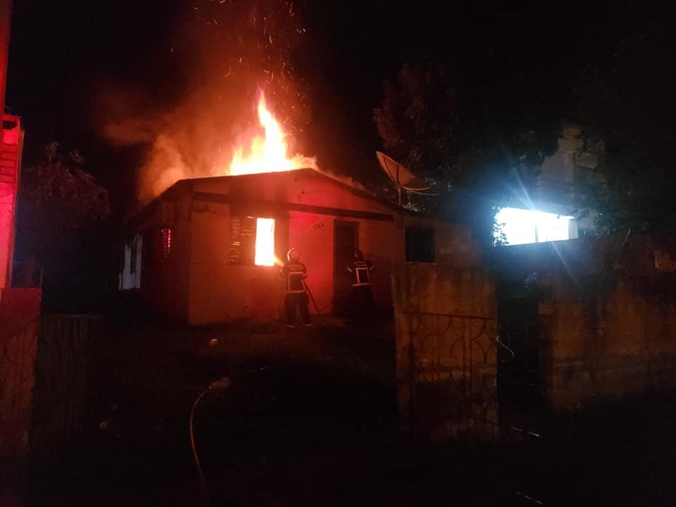 Corpo de Bombeiros chegou rápido e controlou incêndio em residência