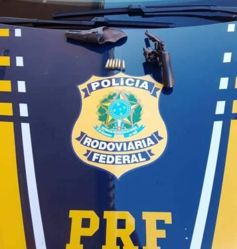Motorista de caminhão emplacado no Rolador é  preso pela PRF por porte ilegal de arma de fogo