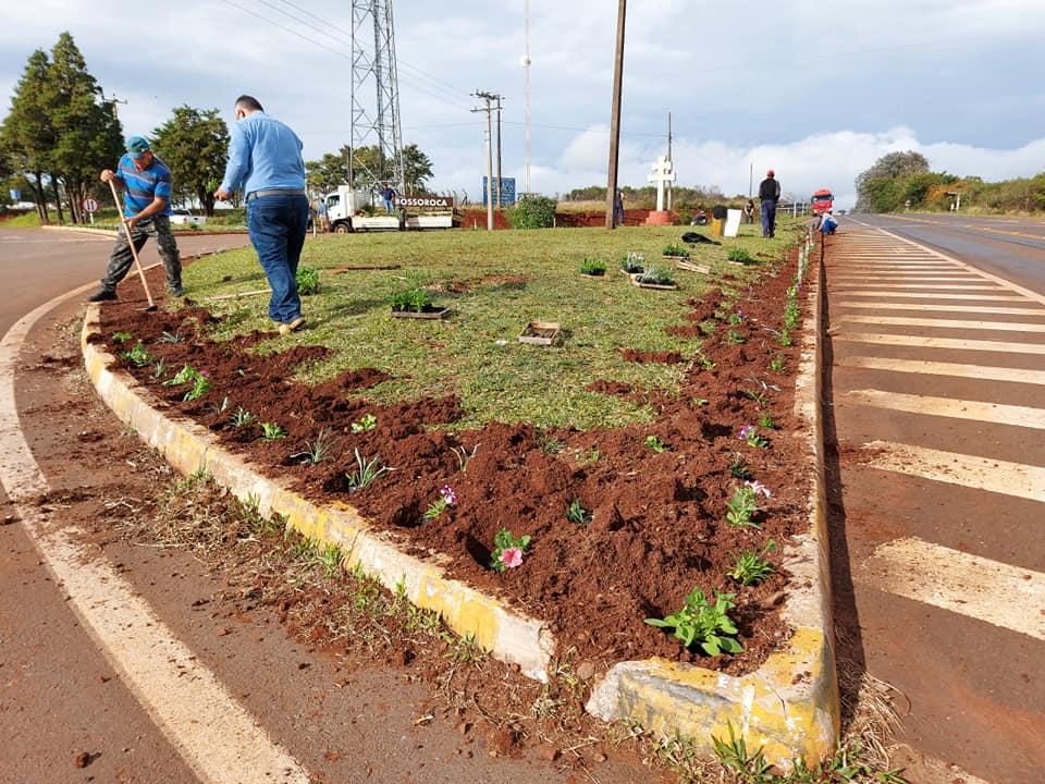 Bossoroca realiza revitalização do trevo de acesso com plantio de flores