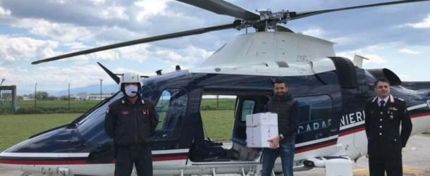 I carabinieri in elicottero a Caggiano per consegnare un pacco con medicinali e attrezzature