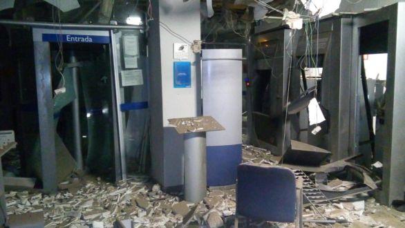 Vídeo: bandidos explodem agência da CEF em Sertânia