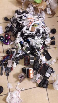 Polícia apreende duas pessoas que tentavam entrar com drogas e muitos celulares em presídio de Tremembé.