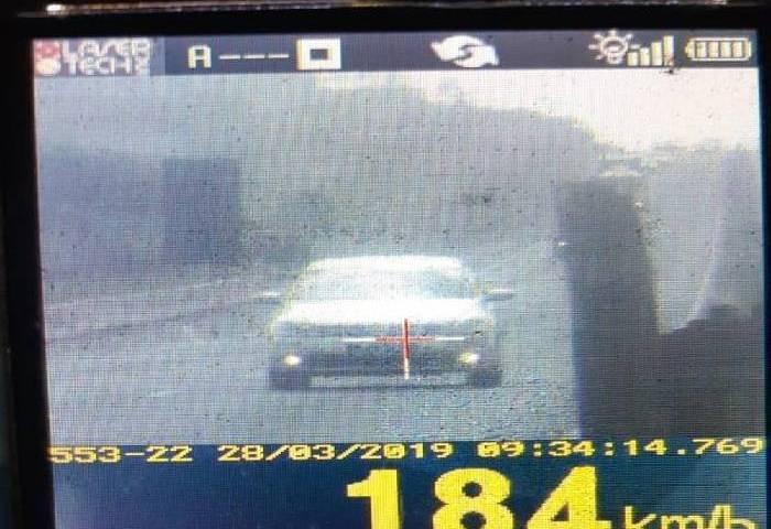 Motorista é flagrado a 184 km/h na Dutra