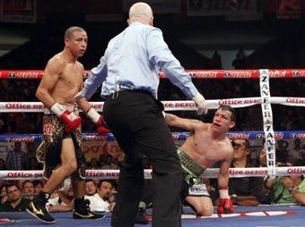 """El """"Tyson"""" Márquez visitó la lona en tres ocasiones,  la tercera en el round 12 y fue definitiva."""