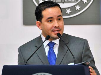 Renuncia funcionario estatal tras ser acusado de violencia intrafamiliar