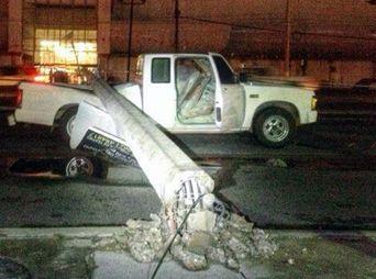 Fuertes lluvias y vientos derriban árboles y postes en Hermosillo