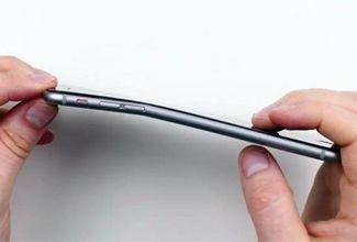 Jóvenes se graban doblando iPhones en tienda de Apple