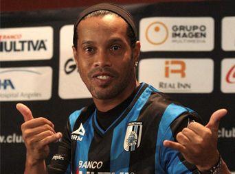 Ronaldinho debutó con Gallos Blancos... y falló un penal